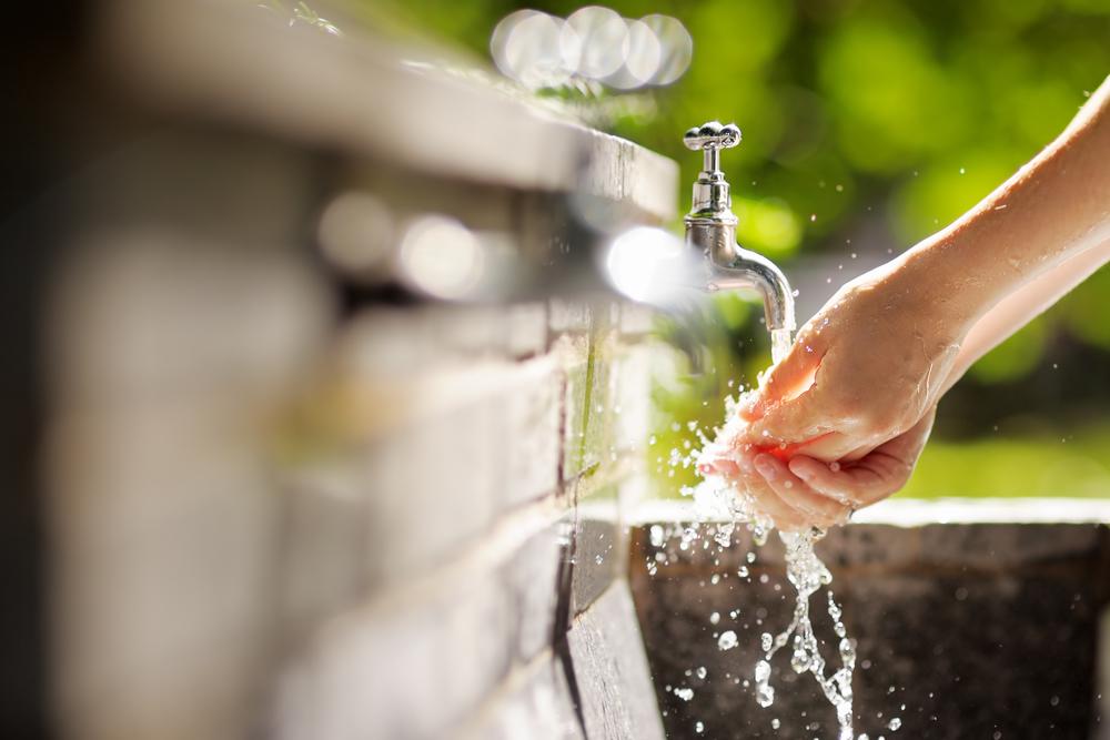 женщины антисептика моют руки